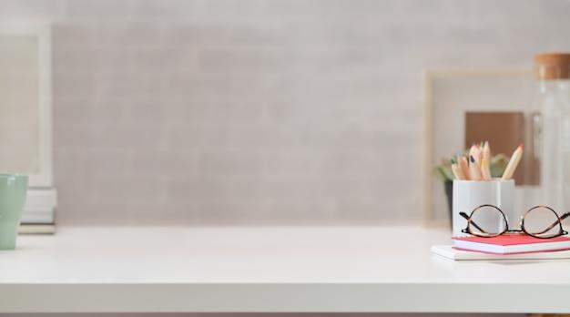 Espace de travail contemporain avec table en bois blanc et espace de copie