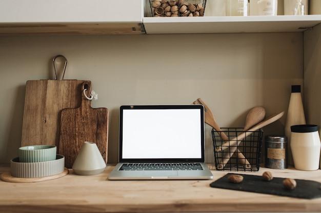 Espace de travail de cuisine avec ordinateur portable