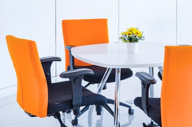 Espace de travail dans un bureau moderne