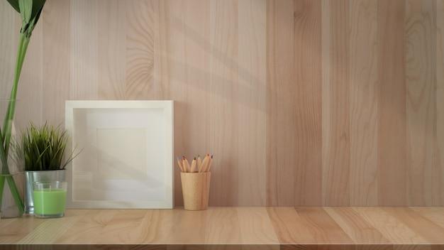 Espace de travail dans le loft avec affiche et équipement minimal