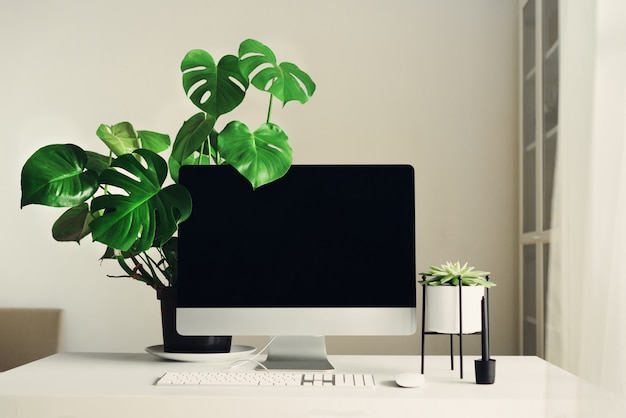 Espace de travail designer. ordinateur de bureau à écran blanc