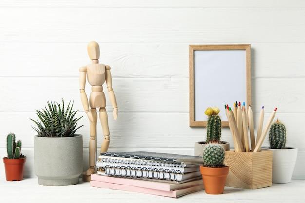 Espace de travail à domicile. succulent. surface en bois blanc