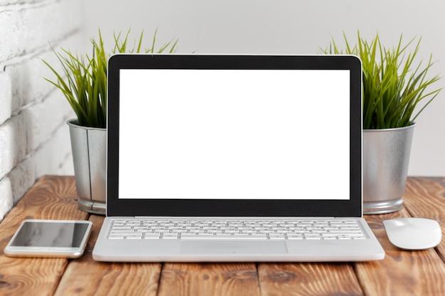 Espace de travail. écran vide d'ordinateur portable sur la table en bois.