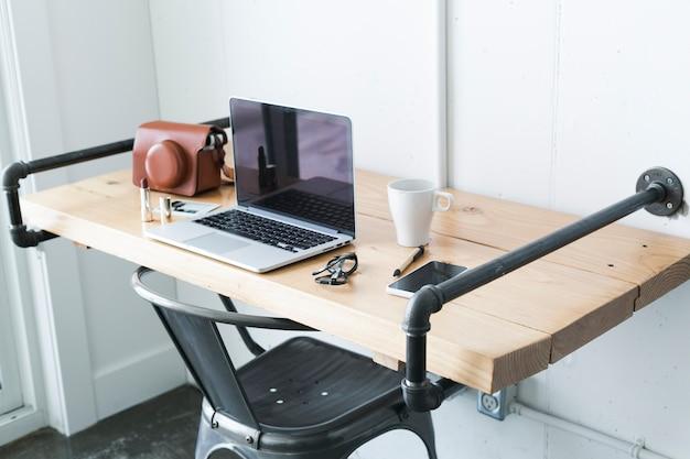 Espace de travail élégant avec des choses féminines
