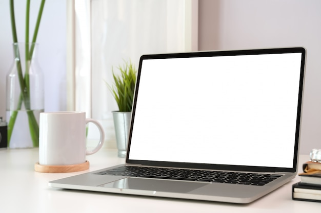 Espace de travail élégant avec un ordinateur portable simulé