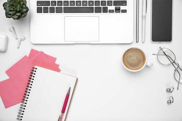 L'espace de travail féminin de la maquette à plat de l'espace de travail du bureau à domicile