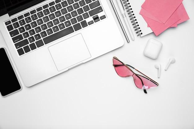 Espace de travail féminin pour le bureau à domicile