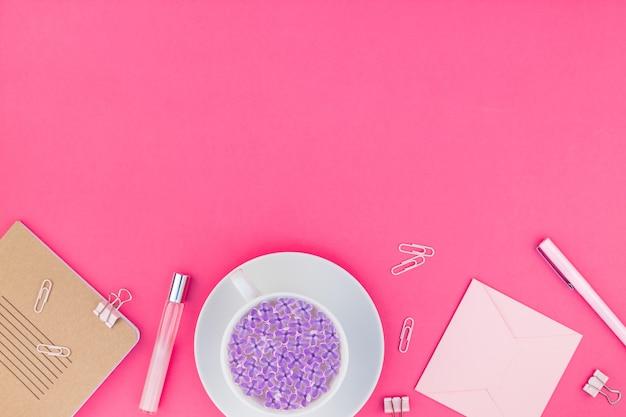 Espace de travail féminin stylé rose posé