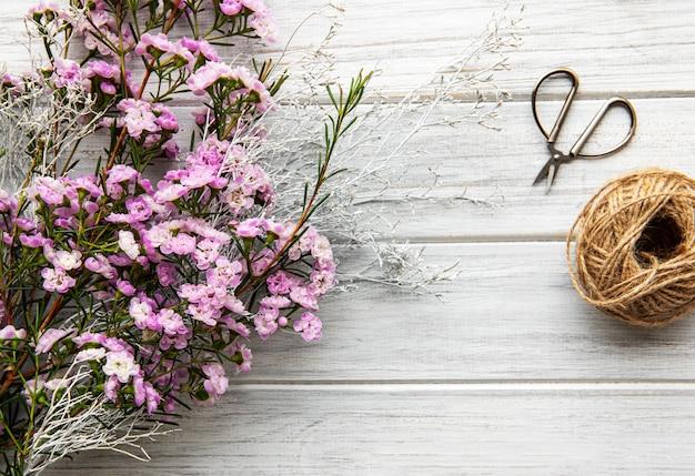 Espace de travail de fleuriste avec des fleurs