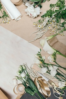 Espace de travail de fleuriste avec des papiers vierges