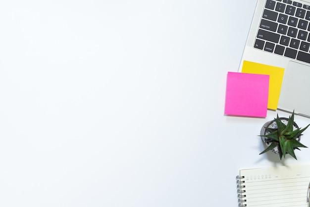 Espace de travail et fournitures de bureau sur blanc