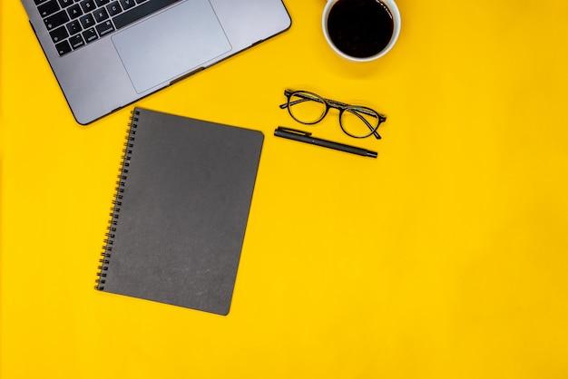 Espace de travail avec fournitures de bureau