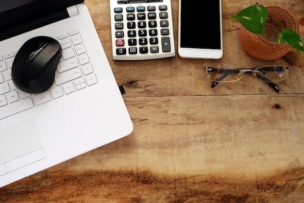 Espace de travail d'homme d'affaires avec ordinateur portable blanc