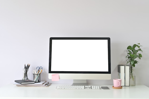 Espace de travail informatique et fournitures de bureau sur le lieu de travail de bureau avec maquette d'affichage vide d'ordinateur pc.