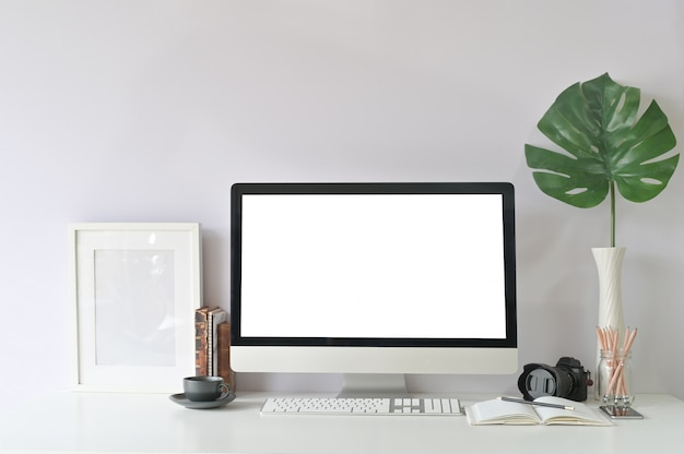 Espace de travail informatique et fournitures de bureau sur le lieu de travail créatif avec maquette d'affichage vide d'ordinateur pc.
