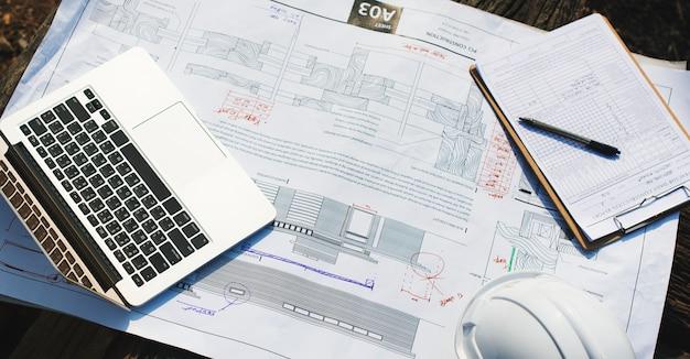 Un espace de travail d'ingénierie avec un ordinateur portable
