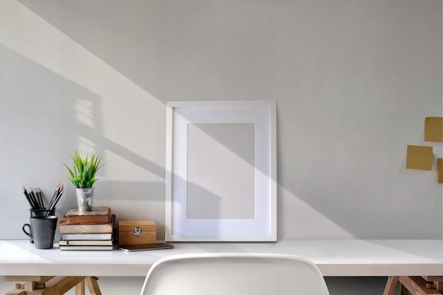 Espace de travail loft et affiche sur un bureau blanc.