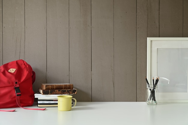 Espace de travail loft élégant avec cadre vierge maquette et gadget de bureau à domicile sur la table de bureau.