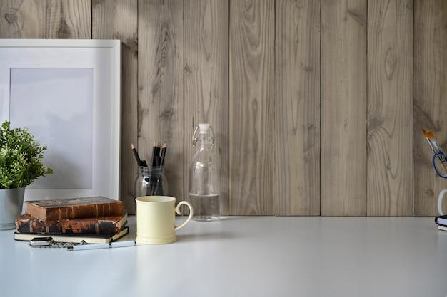 Espace de travail loft avec fournitures de bureau et espace de copie.