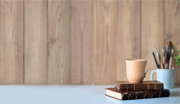 Espace de travail loft avec livres vintage, tasse à café et espace de copie.