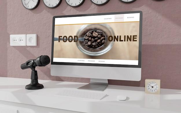 Espace de travail à la maison avec un ordinateur de bureau et un microphone