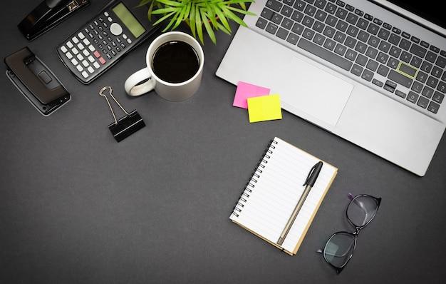 Espace de travail à la maison vue de dessus pour ordinateur portable indépendant tasse à café