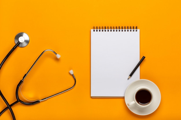 Espace de travail de médecin avec équipement médical sur une table jaune avec vue de dessus