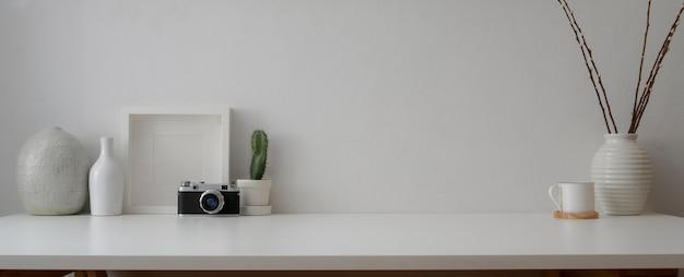 Espace de travail minimal avec caméra, décorations et espace de copie