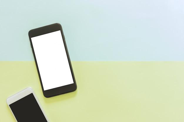 Espace de travail minimal - creative flat lay photo du bureau de l'espace de travail avec téléphone portable avec écran vierge sur l'espace copie espace vert et bleu pastel. vue de dessus maquette, photographie plate.