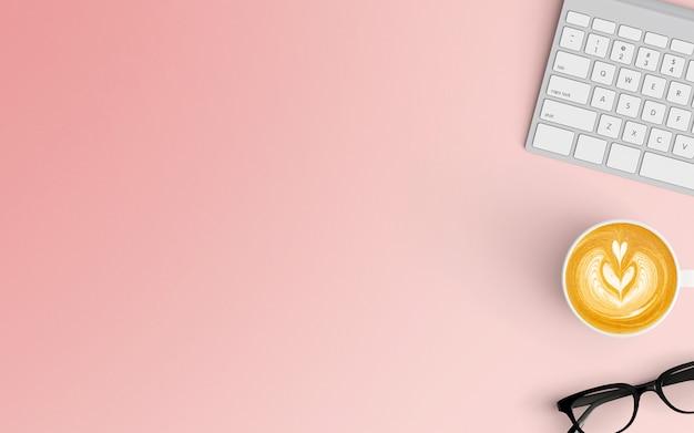 Espace de travail minimal avec tasse à café et clavier de couleur rose