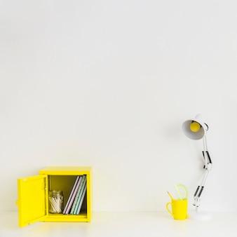 Espace de travail minimaliste blanc avec des détails jaunes
