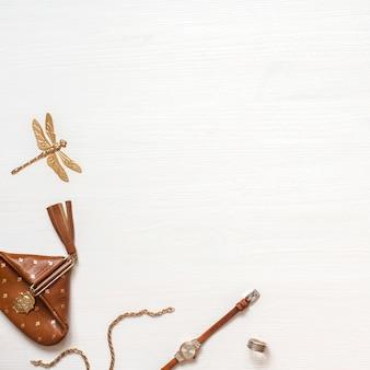 Espace de travail mode blogger avec spase vide. portefeuille, montre et accessoires pour femme sur woode