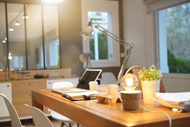 Espace de travail moderne en soirée