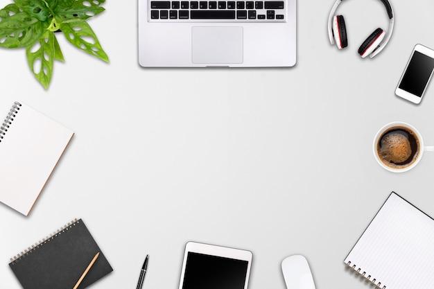 Espace de travail moderne avec une tablette pour ordinateur portable, un espace smartphone et une tasse de café