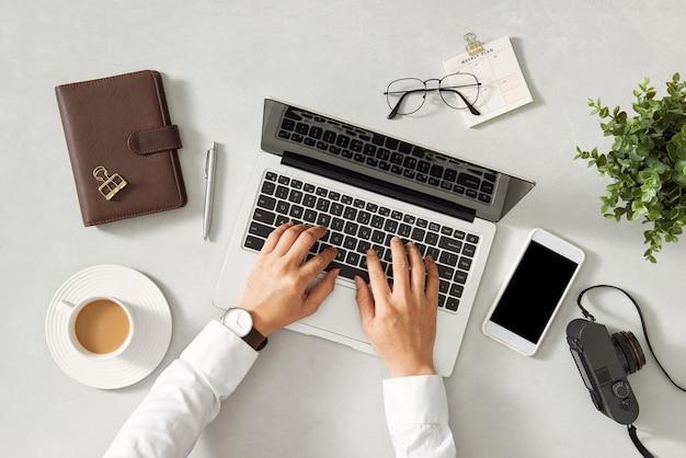 Espace de travail avec ordinateur portable. bureau de table de bureau vue de dessus.