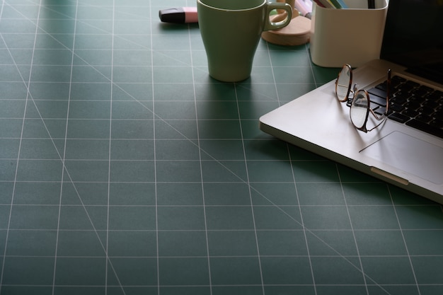 Espace de travail avec ordinateur portable sur tapis de coupe