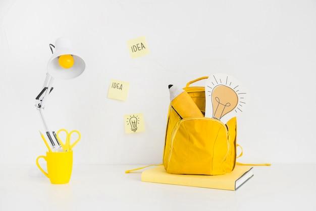 Espace de travail avec papeterie colorée et autocollants d'idée