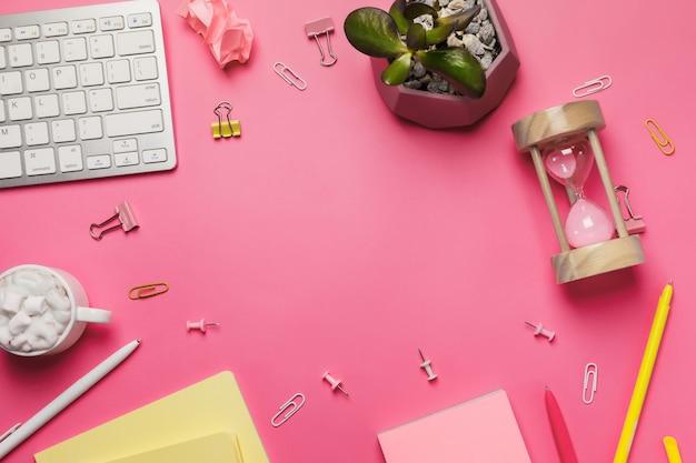 Espace de travail avec planchette à pince vierge, clavier, fournitures de bureau
