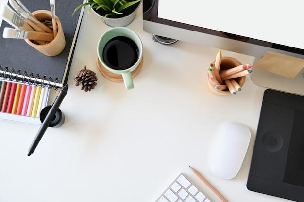 Espace de travail pour l'artiste, fournitures créatives et espace de copie