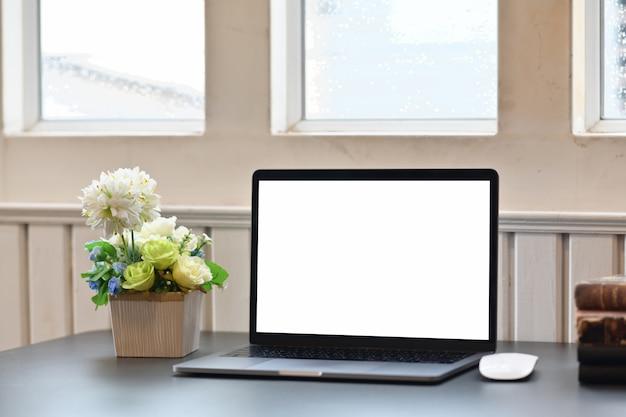 Espace de travail pour ordinateur portable et fournitures de bureau.