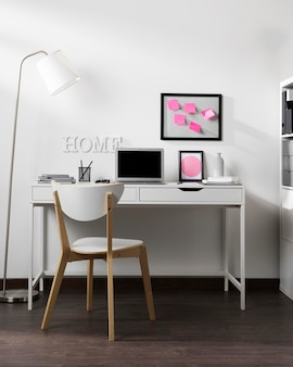 Espace de travail propre et bien rangé avec ordinateur portable