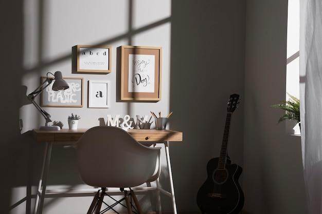 Espace de travail soigné et organisé avec guitare