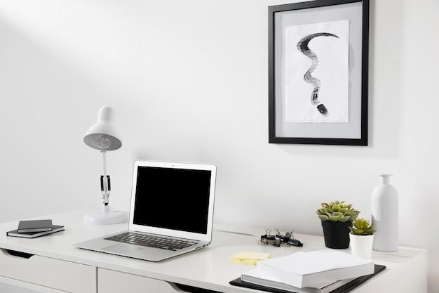 Espace de travail soigné et organisé avec ordinateur portable