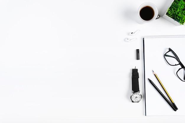 Espace de travail soigné avec de la papeterie et du café
