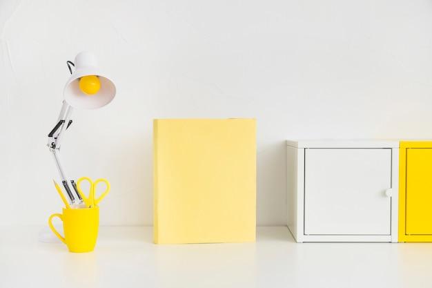 Espace de travail spacieux avec des boîtes en métal et un cahier jaune