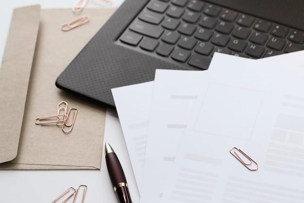 Espace de travail. table de travail et de bureau