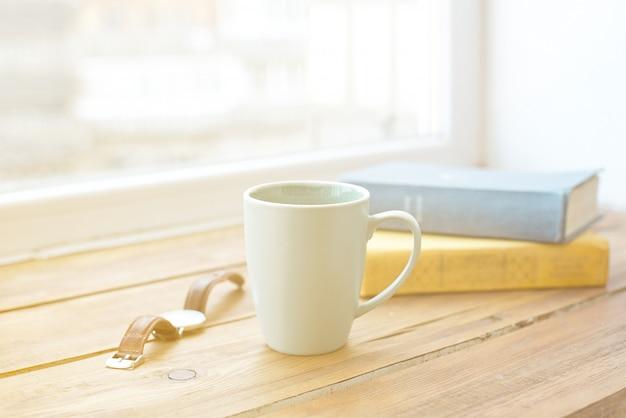 Espace de travail vide et tasse de café, crayon, plante, tablette, casque avec espace de bureau.