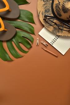 Espace de travail vue de dessus plat sur fond marron avec espace de copie.