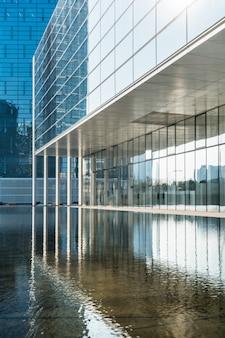 Espace vide devant l'architecture moderne des affaires