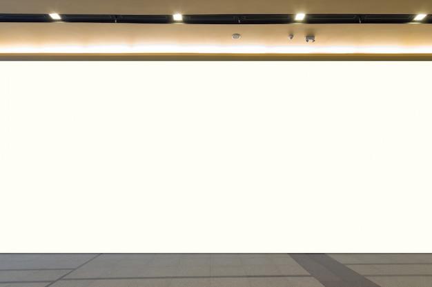 Espace vide (mur vide dans une pièce lumineuse)